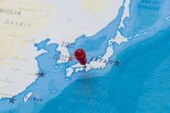 在大阪,世界地图的日本的一个别针 库存照片