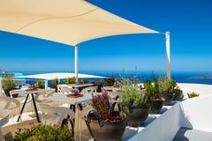 在大阳台的咖啡馆有一个美好的海视图 免版税库存照片