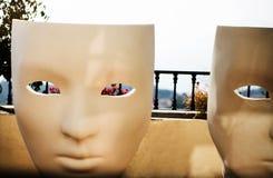 在大阳台的大白色椅子 免版税库存照片