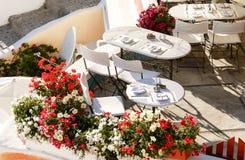 在大阳台的晚餐时间在圣托里尼海岛 免版税图库摄影