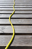 在大阳台的板的黄色水管 库存图片