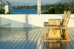 在大阳台的椅子与seaview 库存照片