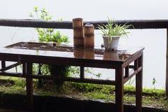 在大阳台的湿桌在村庄在春雨中 免版税库存图片