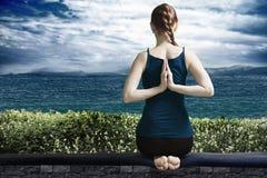 在大阳台的瑜伽 免版税库存图片