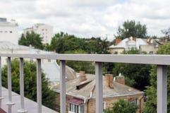 在大阳台的篱芭 免版税库存照片