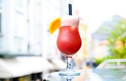 在大阳台的红色鸡尾酒 免版税库存照片