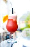 在大阳台的红色鸡尾酒 库存照片