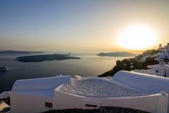 在大阳台,圣托里尼,希腊的浪漫susnet 免版税图库摄影
