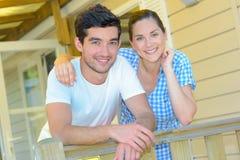 在大阳台活动房屋的夫妇 图库摄影