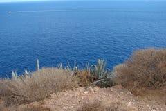 在大陆希腊南部的海岸的海角Sounion  06 20 2014年 从峭壁高度的海洋风景海角Sounion,  免版税库存照片