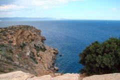 在大陆希腊南部的海岸的海角Sounion  06 20 2014年 从峭壁高度的海洋风景海角Sounion,  免版税库存图片