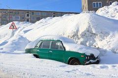 在大随风飘飞的雪的老汽车 库存图片