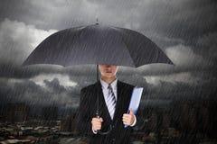 在大雨下的商人 免版税库存照片