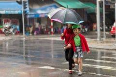在大雨下的横穿街道 图库摄影