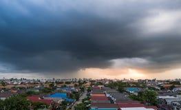 在大雨前的多云天空 免版税库存照片