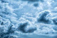 在大雨前的黑暗和灰色多云天空 库存图片
