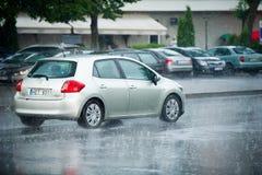 在大雨期间的丰田Auris 免版税库存照片