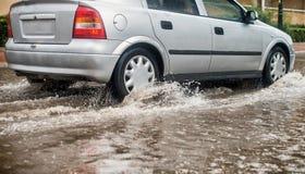 在大雨期间的汽车 免版税库存照片