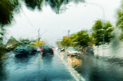 在大雨风暴的交通 免版税库存图片