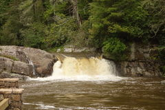 在大雨以后的瀑布 免版税库存图片