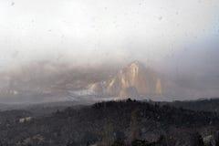 在大雪、山和森林的看法在雪下 免版税库存图片