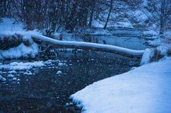 在大雪在蓝色小时,山Kozomor期间的未冻结的河 库存图片