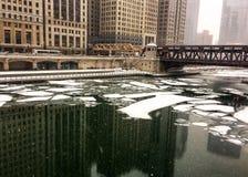 在大雪期间的冻芝加哥河在12月下午 库存照片