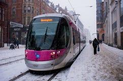 在大雪期间的电车在伯明翰,英国 库存图片