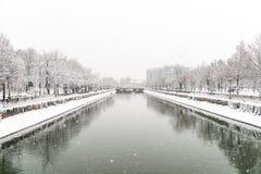 在大雪期间的Dambovita河在冬天 库存图片
