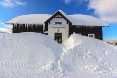 在大雪的博物馆大厦在Jizerka 库存照片