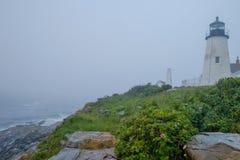 在大雾包围的著名和老Pemaquid灯塔  免版税库存照片