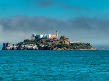 在大雾阿尔卡特拉斯岛下的旧金山湾 免版税图库摄影