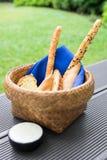 在大面包在篮子的食物快餐上添面包与蓝色餐巾和白汁 免版税库存照片