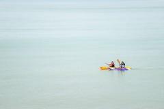 在大,风平浪静的被隔绝的皮船桨手 免版税库存图片