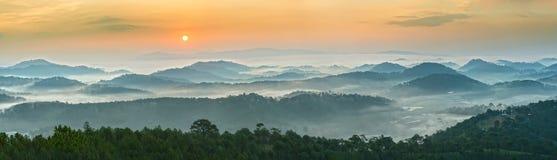 在大叻全景山的日出  库存图片