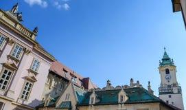 在大主教的宫殿屋顶的雕塑在晴天,是在老镇布拉索夫,斯洛伐克的一个美丽的大厦 免版税库存图片