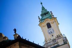 在大主教的宫殿屋顶的雕塑在晴天,是在老镇布拉索夫,斯洛伐克的一个美丽的大厦 免版税图库摄影