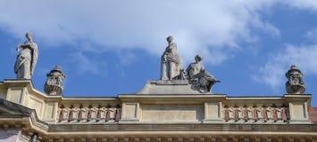 在大主教的宫殿屋顶的雕塑在晴天,是在老镇布拉索夫,斯洛伐克的一个美丽的大厦 库存照片