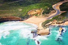 在大洋路上的直升机乘驾和十二Apostoles在A 免版税库存照片
