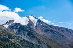 在大Almaty湖,天山附近的自然山在阿尔玛蒂,哈萨克斯坦,亚洲 免版税库存照片