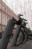 在大Dmitrovka街上的自行车租务在莫斯科 免版税库存图片