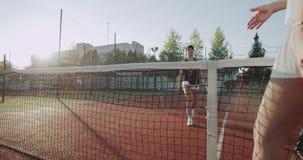 在天两夫人的晚上在开始网球比赛前的举行和问好 4K 股票视频