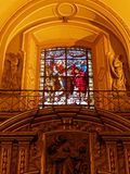 在天主教会里面的彩色玻璃 库存图片