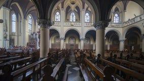 在天主教大教堂的美好的内部 免版税库存图片