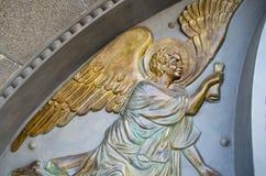 在天使墙壁上的铜雕塑  免版税库存图片