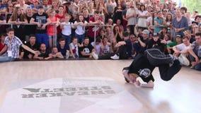 在天俄罗斯假日期间,在街道的Breakdancer舞蹈与在街道阶段的节日战斗 影视素材