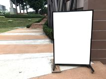 在天城市街道上的垂直的空白的广告牌大模型设计的 S 库存照片