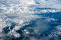 在天堂、看法从飞机到蓬松白色云彩和蓝色大气,自然地平线风景上 库存图片