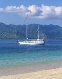 在天堂回归线海岛的小船 免版税库存照片