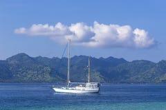 在天堂回归线海岛的小船 图库摄影